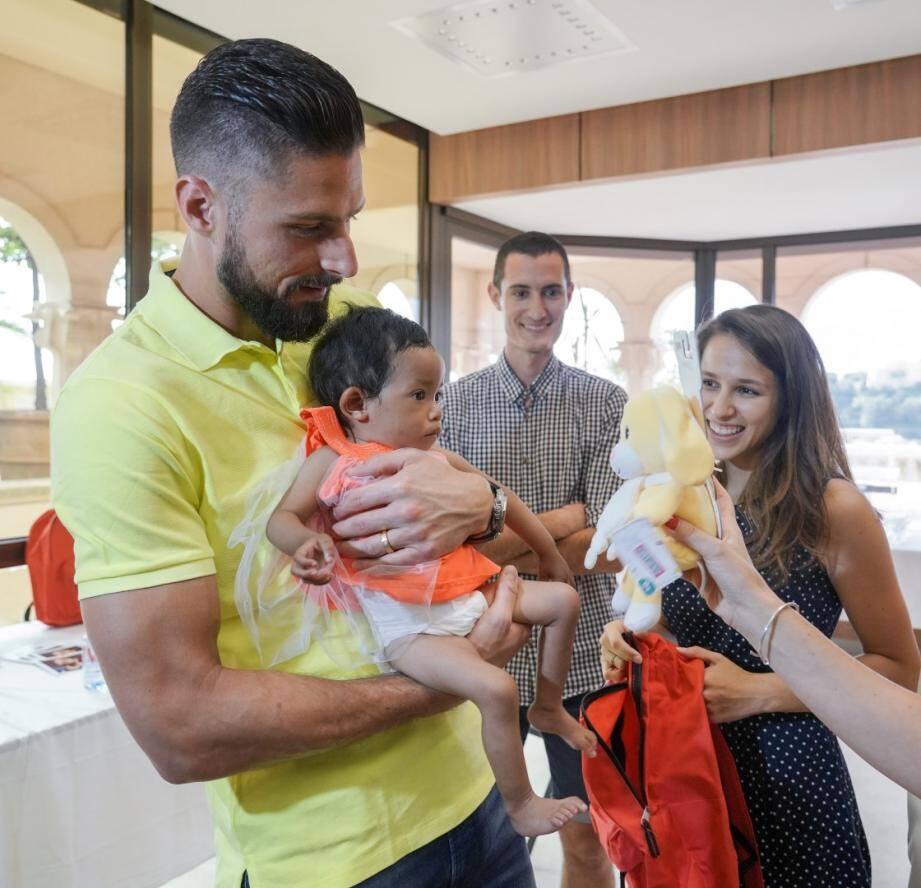 Olivier Giroud a rendu visite aux enfants hospitalisés.