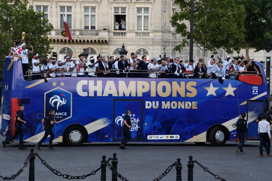 Les Bleus sur les Champs-Elysées ce lundi.