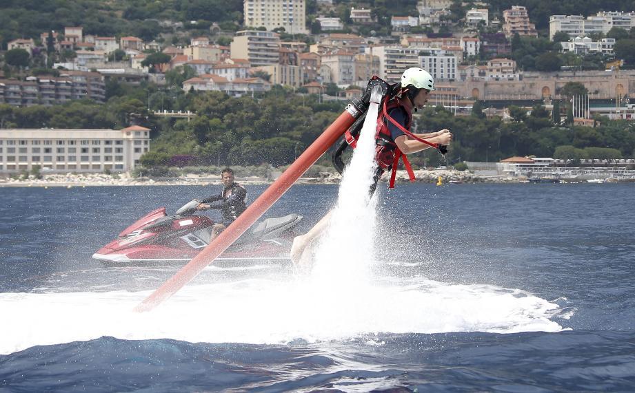 En mettant les gaz, Morgan peut gérer la puissance de l'eau envoyée dans le tuyau. qui relie le jet-ski au jetpack.