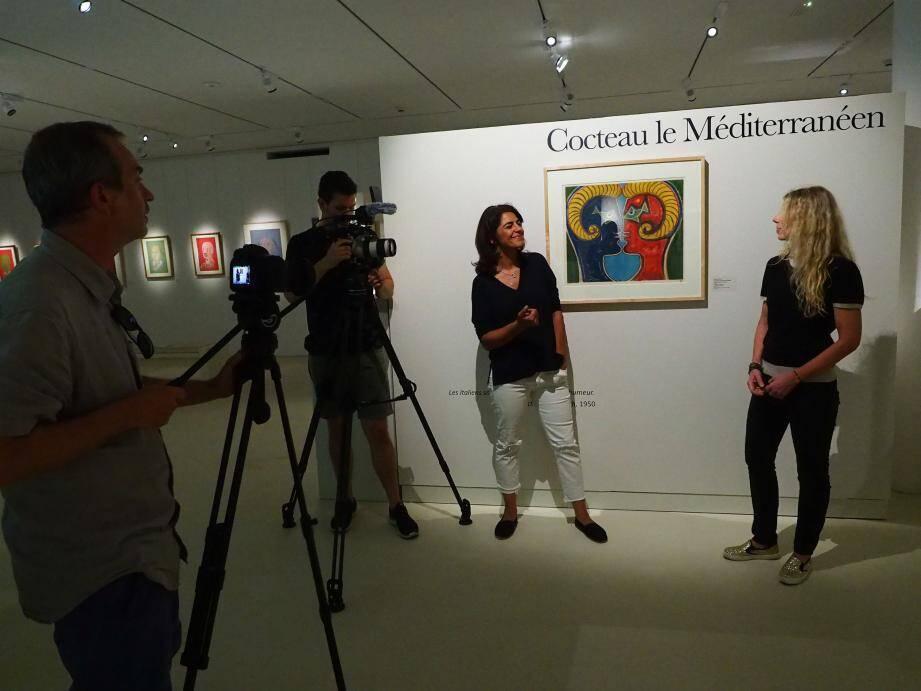 Sarah Doraghi, à gauche, a interviewé Sandrine Faraut, à droite, entre les pièces de l'exposition.