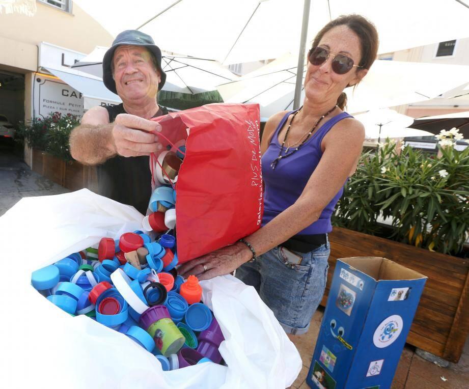 """Un généreux """"donateur"""" de bouchons en plastique aux côtés de Cathy, l'une des membres du service d'animation de la ville de Saint-Raphaël."""