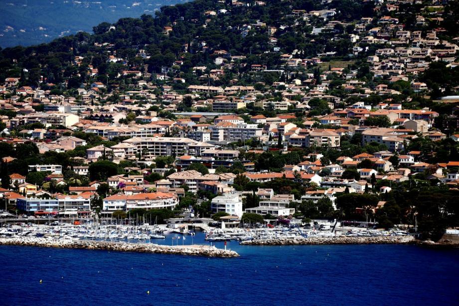 Vue aérienne du port de Carqueiranne.