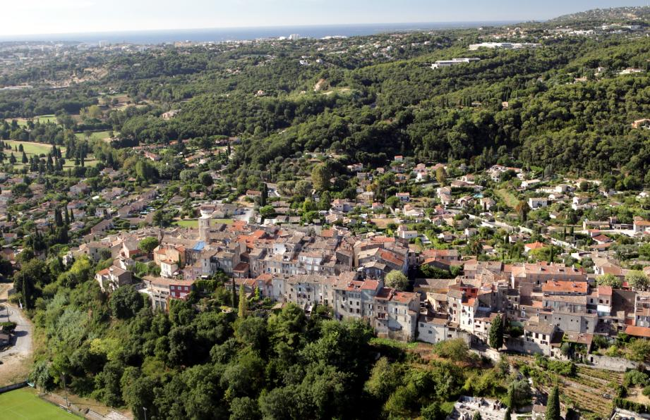 Vue du village de Biot.
