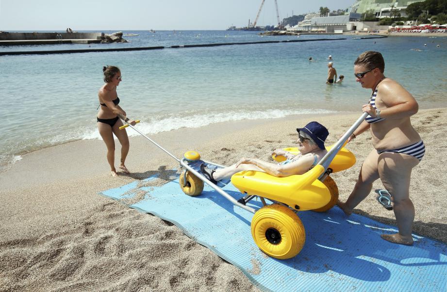 Les premiers usagers ont pu profiter de l'eau, du soleil et de la plage dans le confort et la bonne humeur.