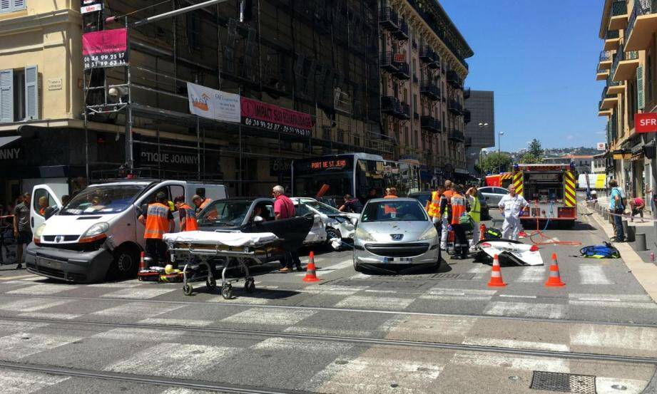 La collision s'est produite à l'angle de la rue Barla et de l'avenue de la République, où la circulation du tram a été interrompue.