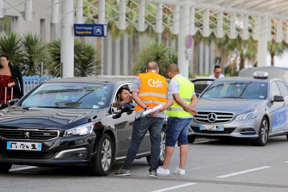 La CFDT invite les chauffeurs à délaisser l'application Uber (ici, lors d'une action à l'aéroport de Nice jeudi matin)