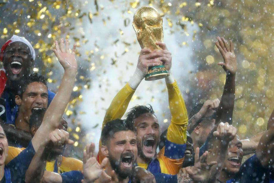 Hugo Lloris et ses coéquipiers célèbrent leur victoire contre la Croatie en finale de la Coupe du monde 2018.