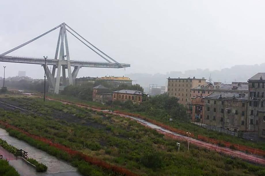 De premières images diffusées par les pompiers et des médias montrent le viaduc dans la brume avec plusieurs dizaines de mètres manquants, dans une zone qui semble plutôt industrielle.