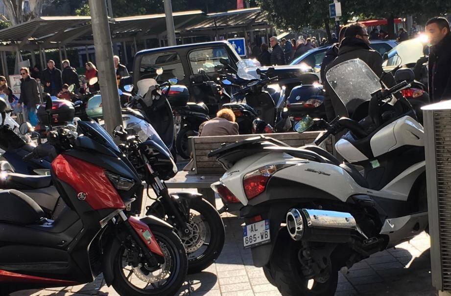 Des deux-roues mal garés quartier Libération.