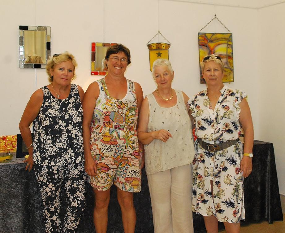 Sylvaine Tosi et Martine Milano (au centre) entourées par Jocelyne Aubriot et Jackie Piersanti représentant la municipalité lors du vernissage de l'exposition samedi soir. ( Photo B.K.)