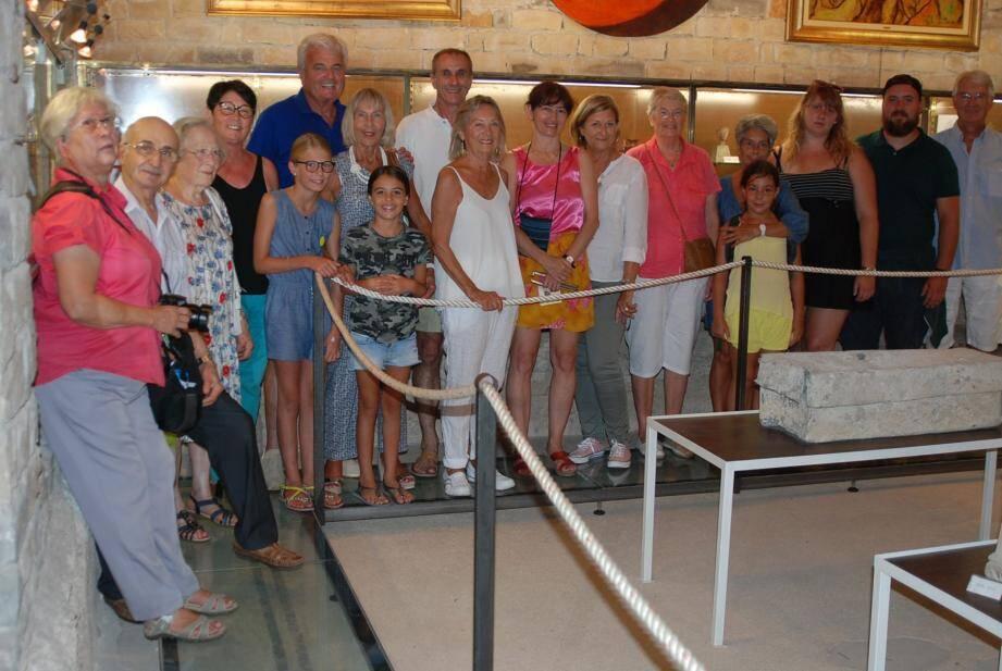 La présidente Mireille Viguier (au centre en blanc) peut se montrer satisfaite devant le succès de ces visites nocturnes.