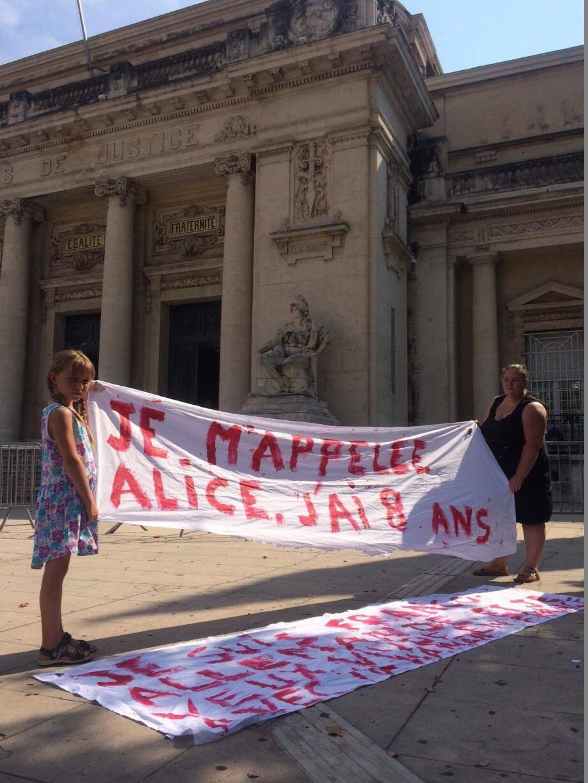 « Je suis franco-allemande et je veux vivre avec ma maman en France », est-il écrit sur une banderole. Paule-Andrée et sa fille, hier à Toulon.