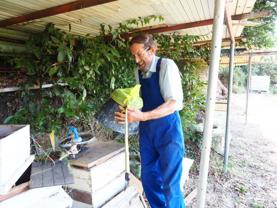 Augustin Sottile est convaincu que sa méthode, aussi rudimentaire soit-elle, est efficace pour éradiquer le frelon asiatique.