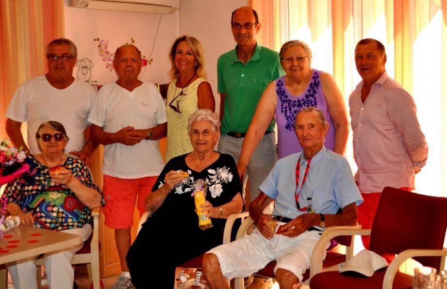 La centenaire et ses amis ont célébré leur anniversaire en présence du maire Jean-Paul Joseph (au centre) et des élus.