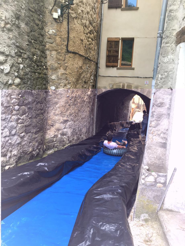 La « Ventriglisse » : en bouée dans une ruelle du vieux village samedi 4 août. À tester.(DR)