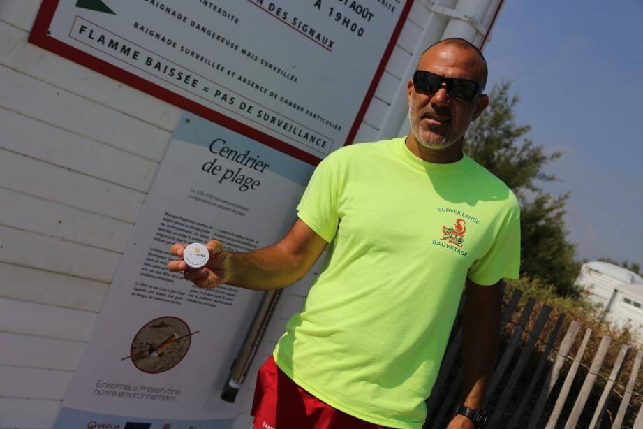 Le distributeur gratuit de cendriers de plage et le panneau d'information se situent au poste de secours de la plage de l'Almanarre.