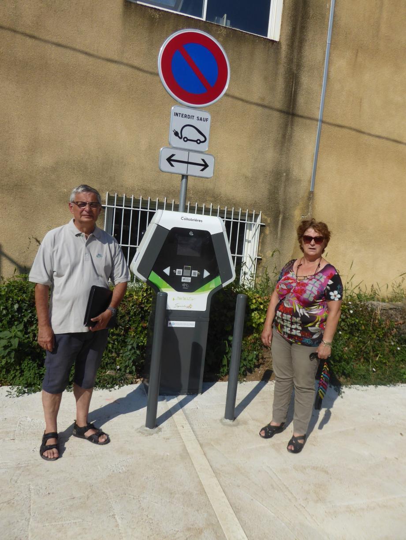 Associé à son adjoint aux travaux, le maire et conseillère générale est heureuse de pouvoir satisfaire les usagers de véhicules électriques.