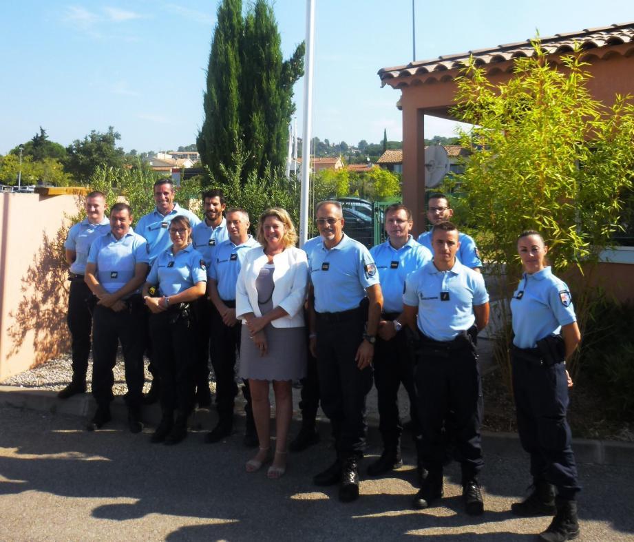 Valérie Gomez-Bassa aux côtés des gendarmes  de la ville.