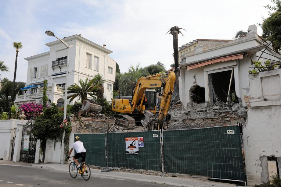 Les copropriétaires des Rives d'Or (villa à gauche au N° 113 du boulevard Carnot) redoutent les effets du permis de construire dont l'objet est de démolir et d'agrandir l'ancienne villa du N°115.