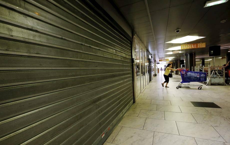 Dans le centre commercial de Fontvieille, il n'y a que l'hypermarché qui est ouvert le dimanche.