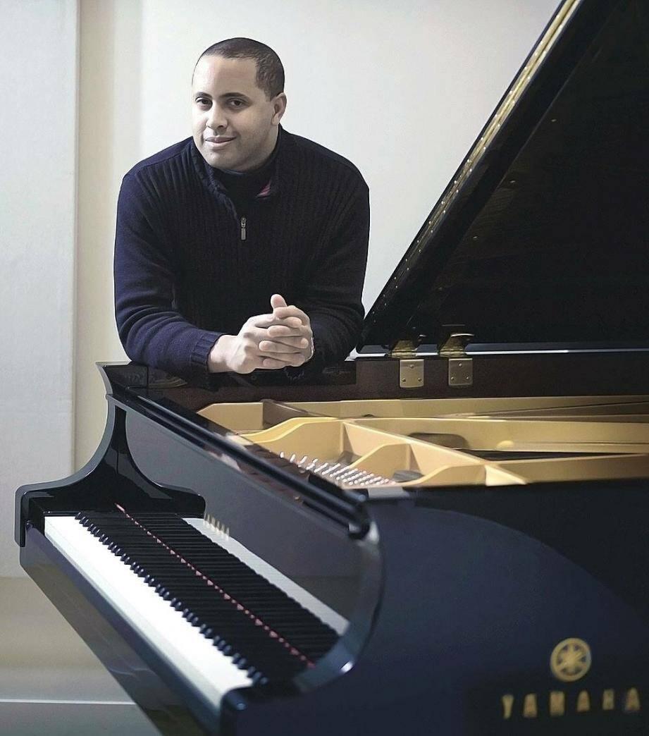 Loïc Lafontaine, représentant de Yamaha pour l'Europe, devant le magnifique piano de concert mis à disposition pour le festival de Menton.