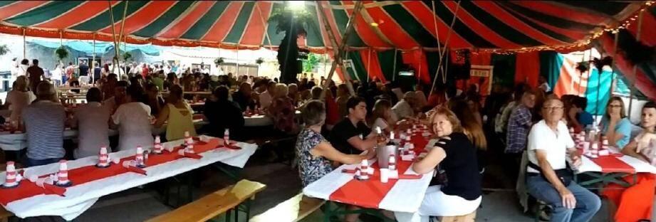 Le repas spectacle du dimanche soir a attiré beaucoup de monde.
