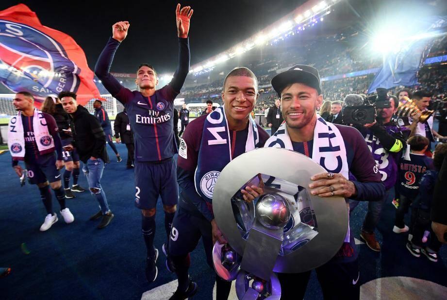 Récent champion du monde, Mbappé s'imposera-t-il comme la nouvelle figure de proue du PSG, au détriment de Neymar ?