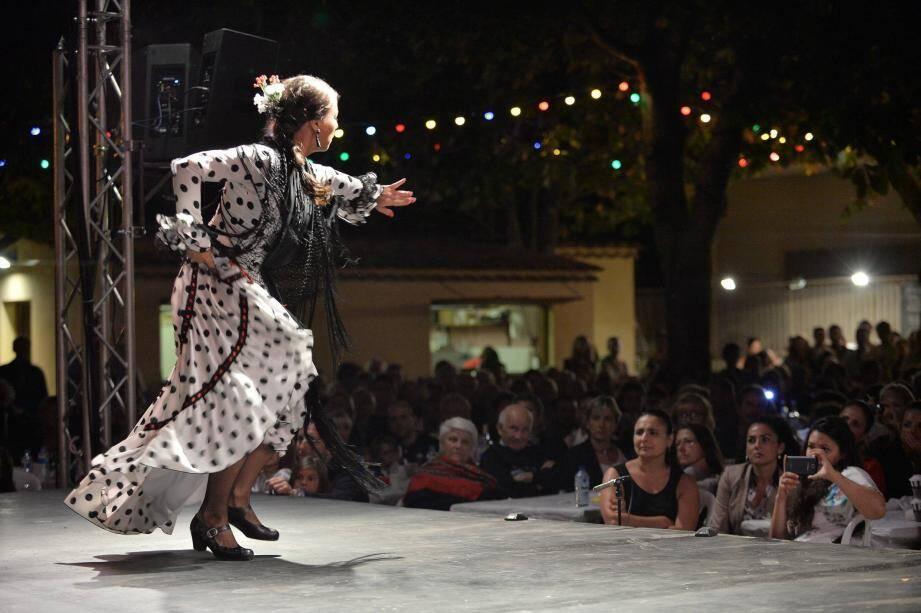 Le public observe une danseuse.