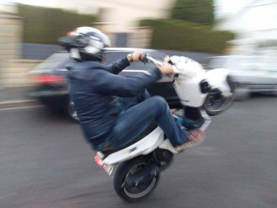 Le wheeling est la pratique vedette des amateurs de rodéos urbains.