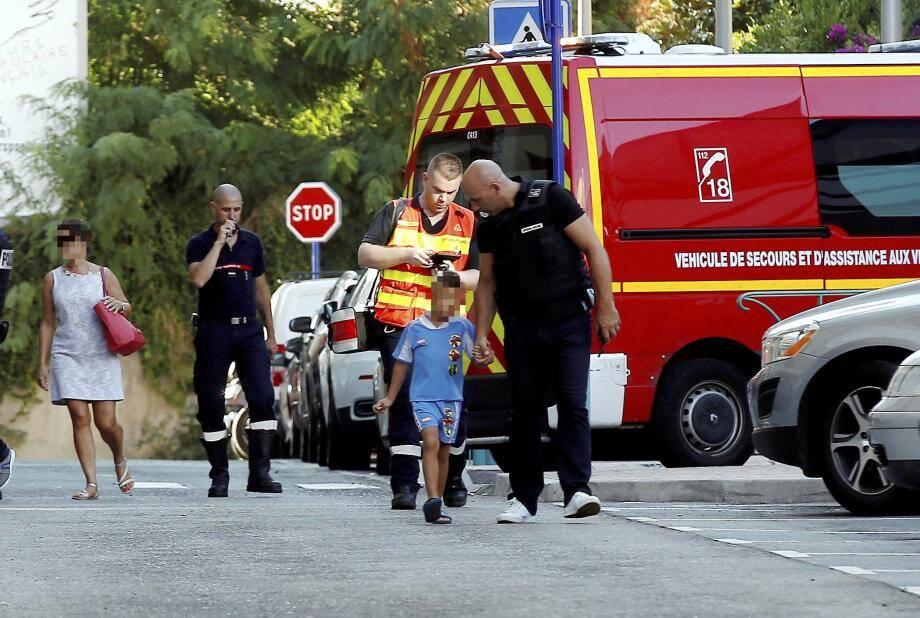 Pompiers et policiers sont intervenus en nombre, hier rue Morgan, pour interpeller un homme violent et porter secours à        sa compagne et son fils de 5 ans.