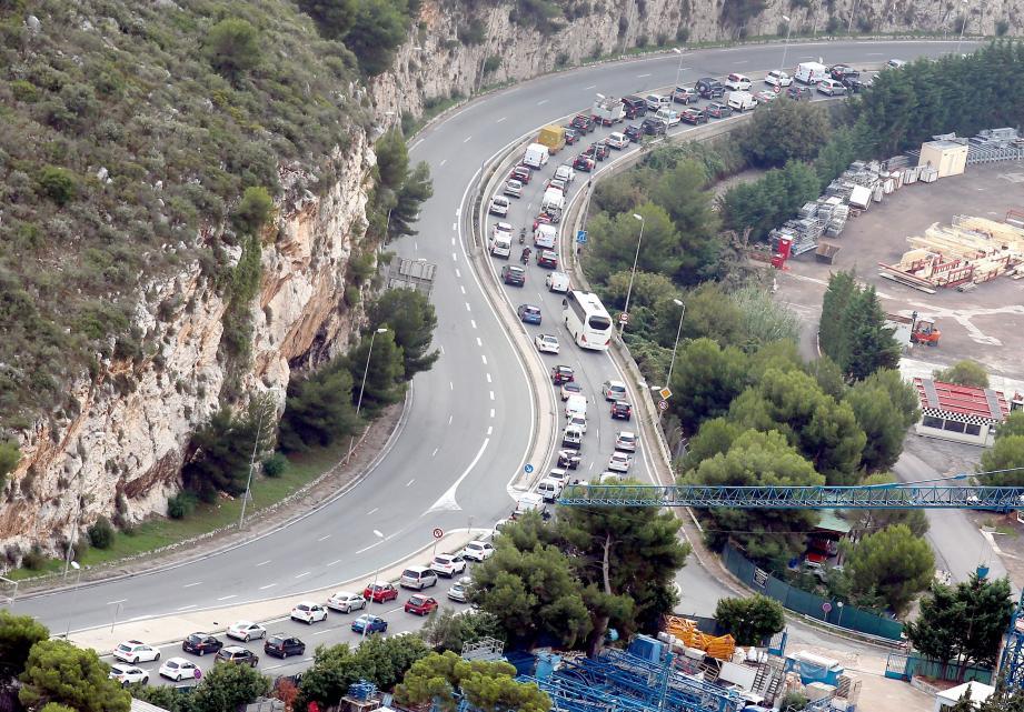 """Ça, c'est le lot quotidien des salariés français qui travaillent à Monaco, le matin, à la sortie du tunnel de l'A500. La troisième sortie """"Beausoleil"""", après celle de """"La Turbie"""", devrait fluidifier la circulation."""