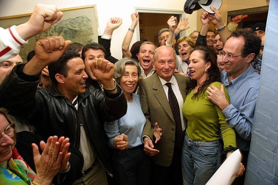 Sa dernière grande victoire électorale, en mars 2001 aux municipales de La Seyne. Arthur Paecht est aux côtés de sa première épouse Mayotte, disparue en 2007.