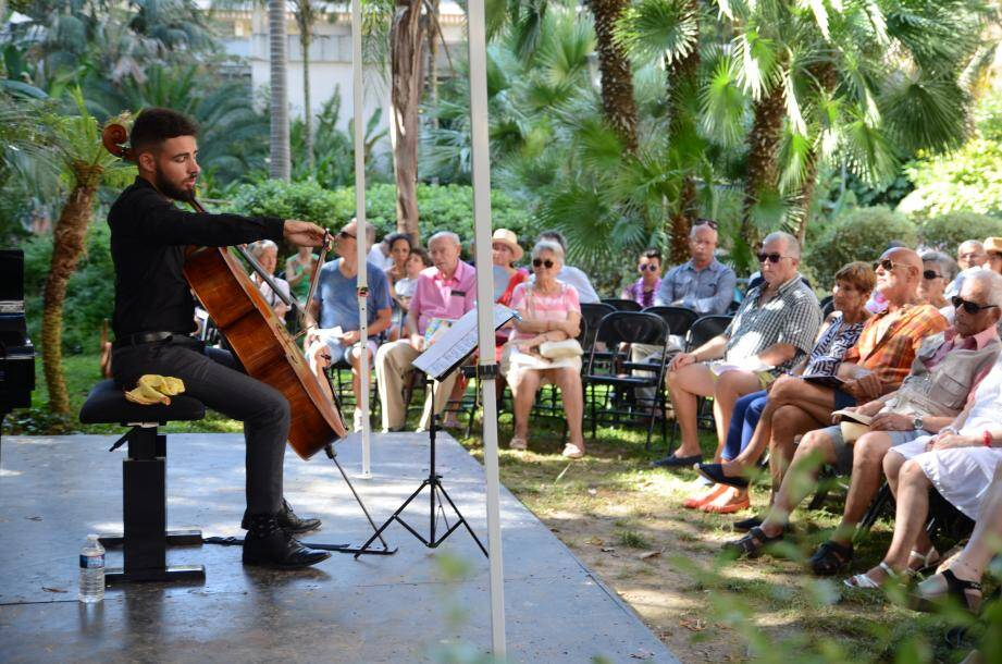 Loris Sikora joue devant le public du square des Etats-Unis.