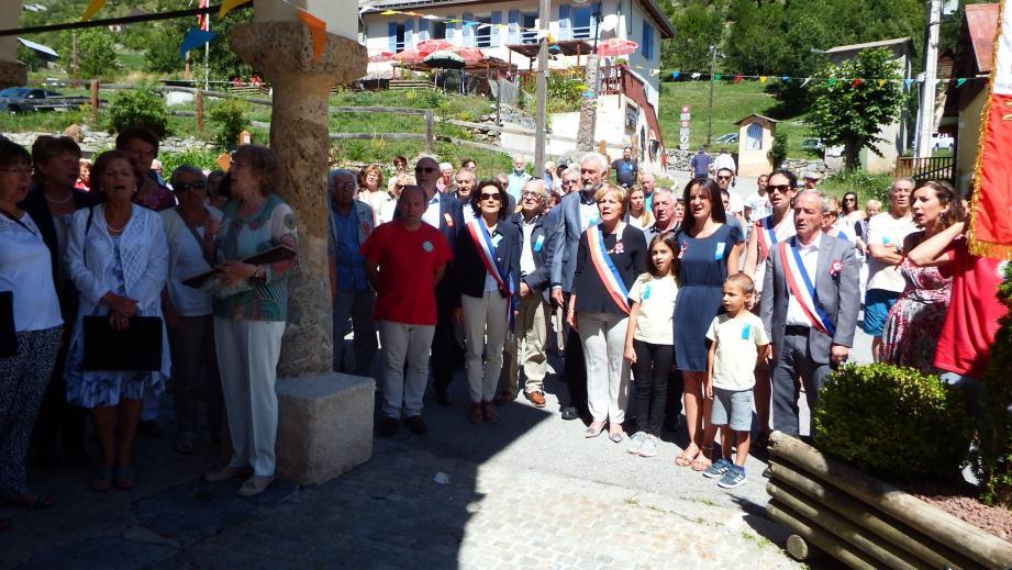 Le maire, Colette Fabron, Caroline Migliore, conseillère départementale, les élus, la chorale, la population chantent La Marseillaise pour honorer les dix-huit morts pour la France de Roya.