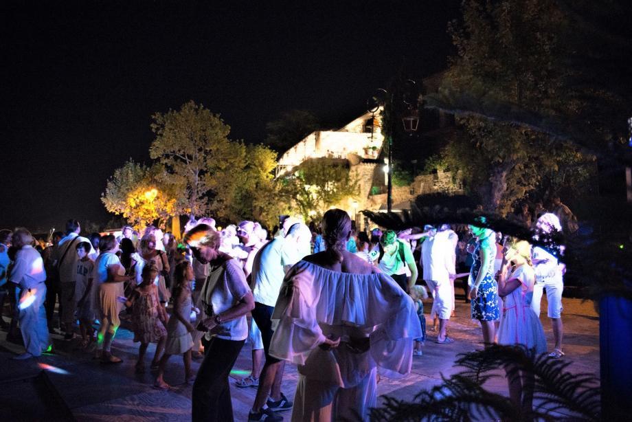 Défoulements et tenues blanches de rigueur jeudi soir au Village.