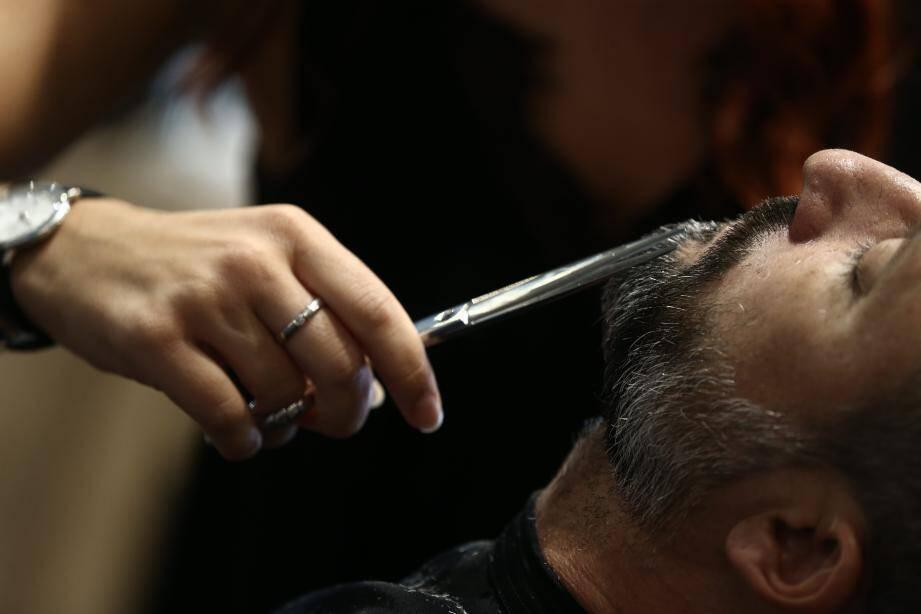 Florian et Kevin, frères dans la vie comme dans la barbe. Dans leur salon comme dans d'autres, la barbe représente 20 % du travail de coupe masculine. Énorme !