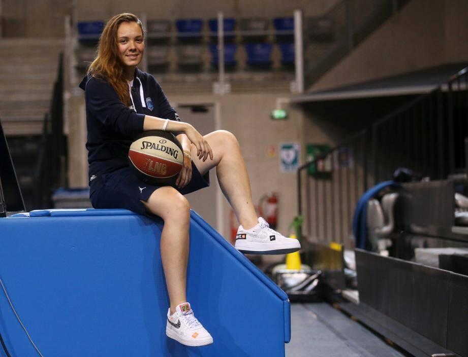 En France, Jade est seulement la deuxième femme à être nommée adjointe dans un staff d'une équipe professionnelle masculine.
