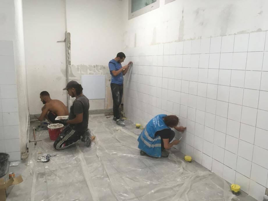 À l'école élémentaire Saint-Exupéry, les ouvriers sont en train de refaire les sanitaires des filles.