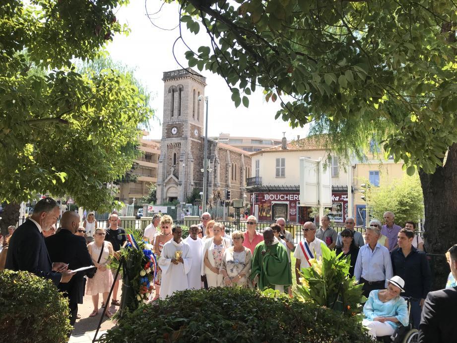 Hier, les festivités ont débuté par les traditionnels dépôts de gerbes aux monuments aux morts du square Barthélemy et de la place Paul-Roubaud.