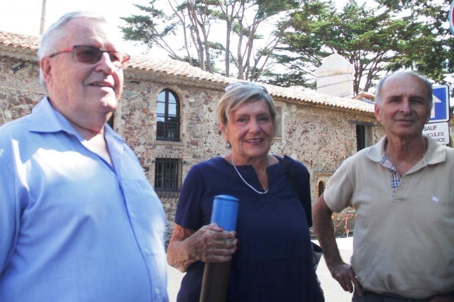 Claude-François Leloup, Dominique Petit des Amis de la Napoule, Pierre-Marie Lacour, président de l'association Les Amis de La Napoule. Derrière eux, le clocheton.