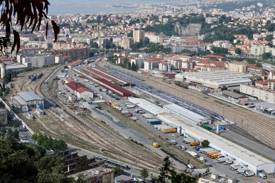 La répartition des trois activités principales est bien visible: à gauche la maintenance des TER, au centre la logistique et le fret routier, à droite les voies de stockage avec les rames TGV.