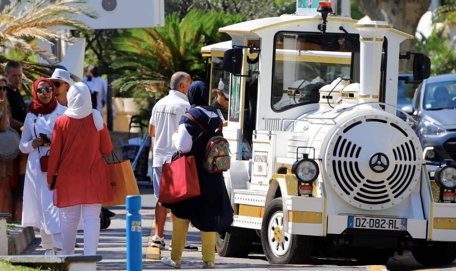 Avant le shopping, certaines vacancières venues du Golfe optent pour le petit train.