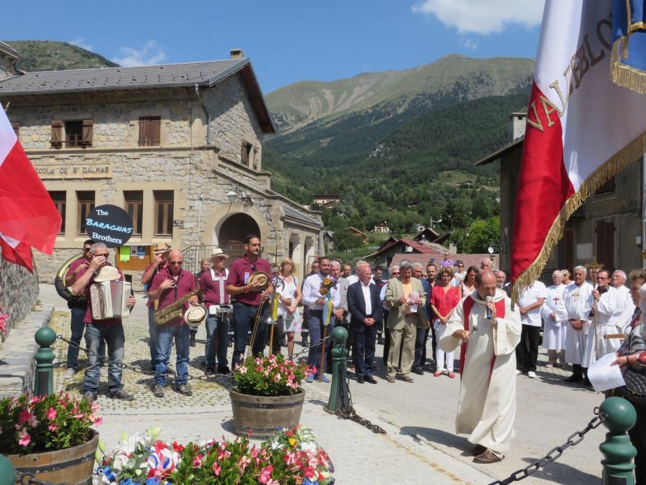 Les autorités devant le monument aux Morts.