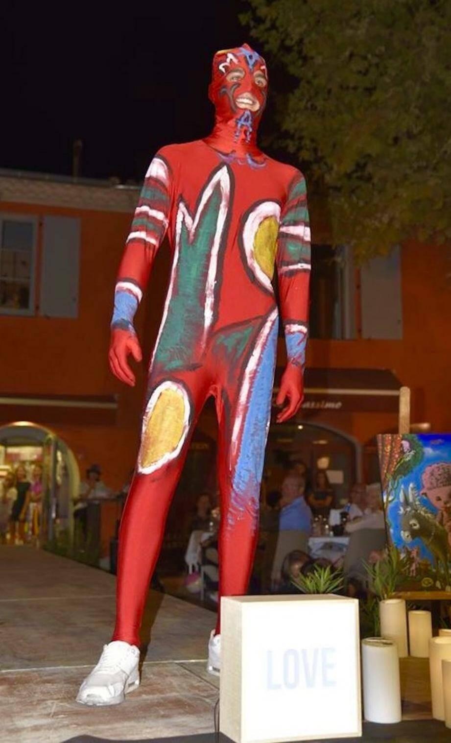 Le défilé de mode des artistes est toujours un moment très attendu par les visiteurs.