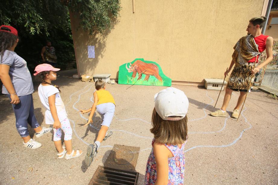 La fabrication de lances et la chasse aux animaux constituent l'un des ateliers préférés.