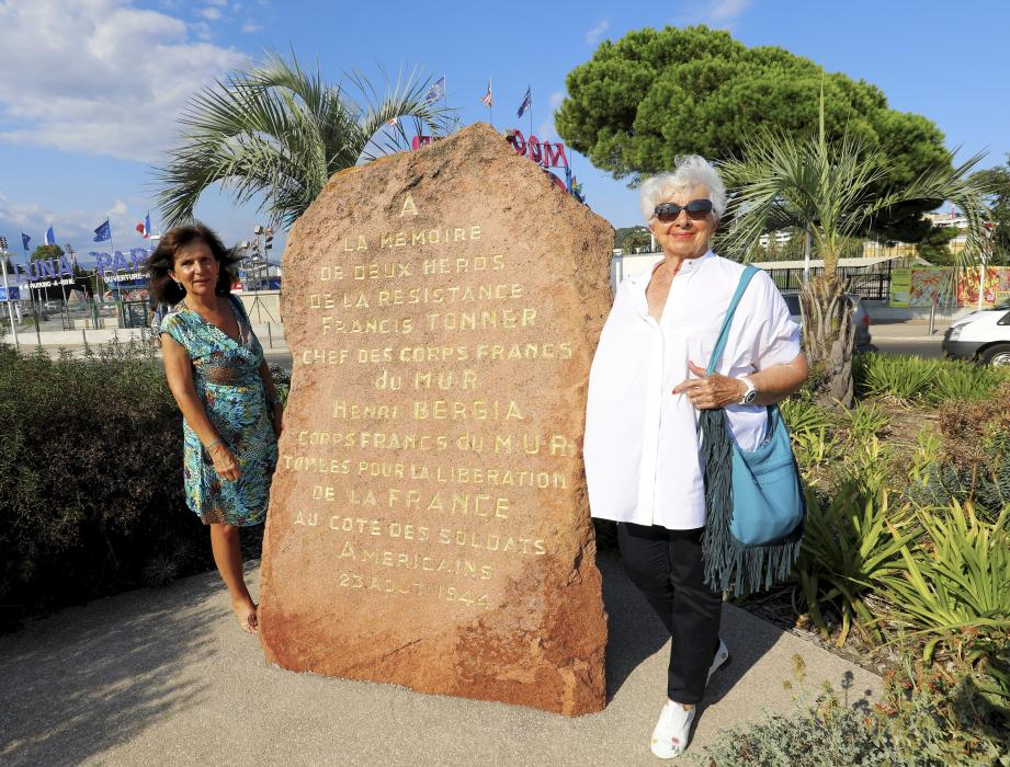 Françoise Tonner et Régine Bruno Bergia honorent la mémoire de leurs ancêtres devant la stèle qui les unit.