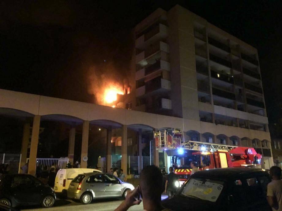Un incendie particulièrement virulent a endeuillé hier le quartier Saint-Roch à Nice.