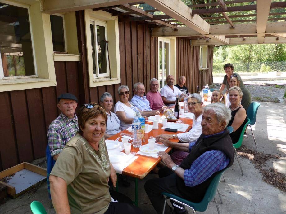 Aidants, bénévoles, aidés, professionnels, tous, réunis autour d'un repas confectionné avec l'aide de tous.
