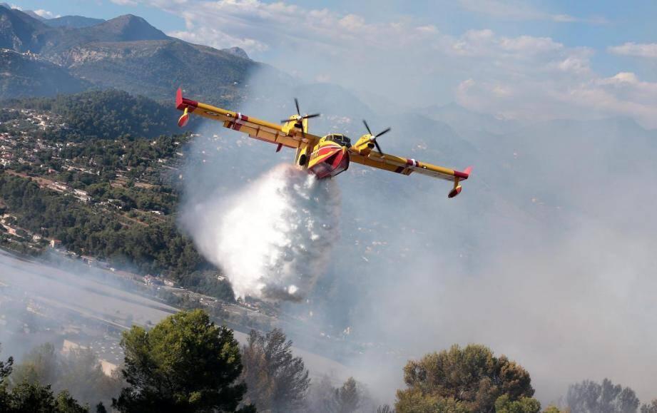 Un Canadair en action lors d'un incendie à Cannes l'an dernier.
