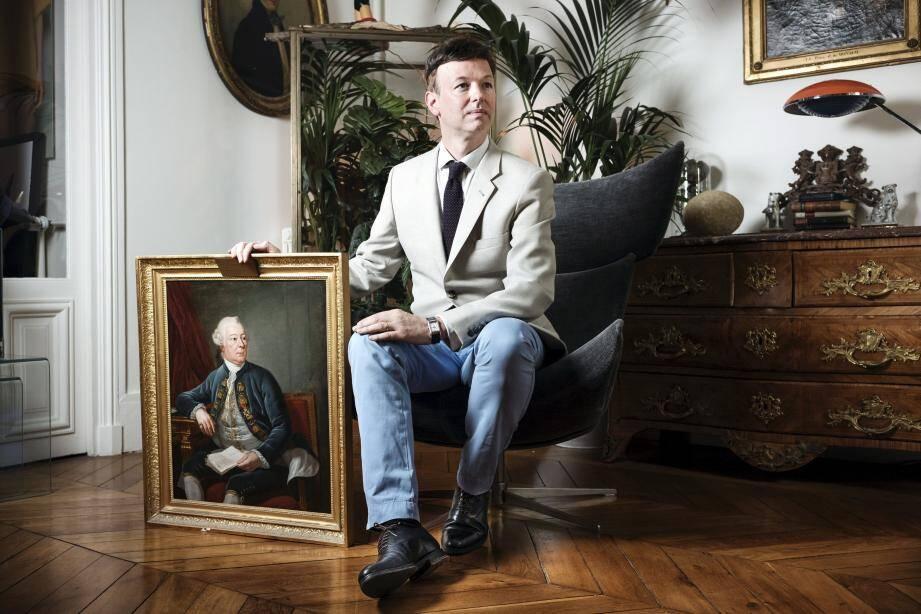 Le comte Louis de Causans, photographié dans son appartement parisien devant un portrait de son ancêtre Grimaldi, le prince Honoré III.